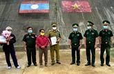 Un patient laotien remis après un traitement médical au Vietnam