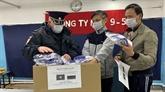 Des Vietnamiens en Russie offrent des masques à des habitants