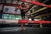 Coronavirus : les champions de boxe thaï au tapis en Thaïlande