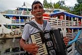 Brésil : un accordéoniste défend l'Amazonie en chantant au fil de l'eau