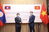 COVID-19: le Vietnam présente du matériel médical au Laos et au Cambodge