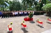Inhumation des restes de sept soldats au cimetière des morts pour la Patrie de Vi Xuyên