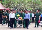 L'ex-président vietnamien Truong Tân Sang rend hommage à des héros morts pour la Patrie à Hà Giang