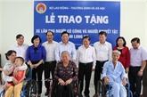 Remise de fauteuils roulants aux personnes handicapées à Long An