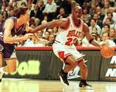 Baskets, cartes, maillots, vent de folie sur tout ce qui touche à Michael Jordan