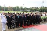 Les hauts dirigeants rendent hommage au Président Hô Chi Minh