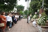 Cérémonie d'offrande de fleurs au Héros national cubain José Martí à Hanoï