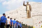Les Vietnamiens rendent hommage au Président Hô Chi Minh