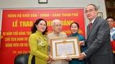 Remise de l'Insigne des 85 ans de membre du Parti à l'épouse du secrétaire général Nguyên Van Linh