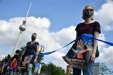 À Berlin, une chaîne humaine respectant la distanciation sociale contre le racisme