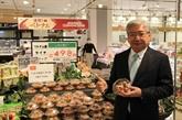 Le directeur régional de AEON pour l'ASEAN apprécie la qualité du litchi