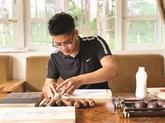 Un jeune graveur de textes bouddhistes en nôm