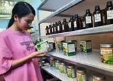 Une jeune femme commercialise des produits régionaux bios