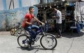 À Gaza comme ailleurs, on peut désormais se faire livrer son café à vélo