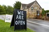 La bière coule à nouveau à flots dans les pubs anglais