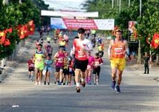 Près de 2.000 athlètes courent le 61e Marathon du journal Tiên Phong