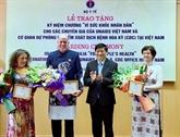 Le Vietnam honore trois experts médicaux internationaux