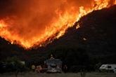 Californie : les pompiers peinent à contenir un incendie à l'Est de Los Angeles