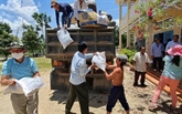 Cân Tho offre des cadeaux à des personnes d'origine vietnamienne au Cambodge