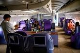 Privés de voyage, les Thaïlandais prennent leur café dans un avion