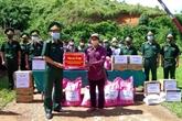 Offre des cadeaux aux forces armées, aux habitants frontaliers du Laos