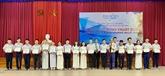 Plus de 200 élèves et étudiants de Thua Thiên-Huê reçoivent des bourses Vallet