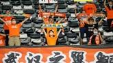 Foot : à Wuhan, des supporters en larmes pour leur retour au stade