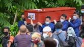 Des proches enterrent une victime de l'accident du Boeing de Sriwijaya