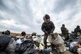 Près des puits d'or noir, des Syriens miséreux fouillent les détritus