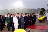 XIIIe Congrès du Parti : les dirigeants rendent hommage au Président Hô Chi Minh