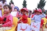 Vietjet offre des cadeaux aux familles minoritaires de la province de Lào Cai