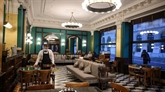 En Europe, les bars et cafés confinés entre désarroi et rébellion