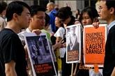 Des personnes soutiennent le procès intenté par Trân Tô Nga contre de firmes chimiques