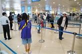 Efforts pour la prévention du COVID-19 à l'aéroport de Nôi Bài à Hanoï