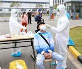 Prise d'échantillons pour les tests chez les travailleurs de Câm Giàng