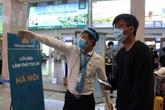 Tests aléatoires du COVID-19 avec des passagers arrivant à l'aéroport de Tân Son Nhât