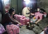 Fabrication de statuettes des Génies du foyer au village de Dia Linh