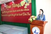 La présidente de l'AN offre des cadeaux du Têt à des familles démunies de Bên Tre