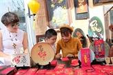 Demander une calligraphie, une belle coutume des Vietnamiens