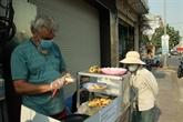 COVID-19 : le petit commerce de rue d'un touriste français resté au Vietnam