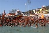 Malgré le COVID-19, des centaines de milliers d'hindous se baignent dans le Gange