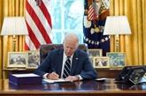 Biden signe le plan de relance et avance des