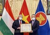 Les responsables de l'Association d'amitié Hongrie - Vietnam à l'honneur