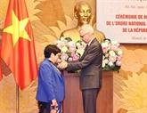 Une femme députée vietnamienne décorée de la Légion d'honneur