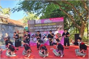 Entrez dans la danse à la clochette des Dao Tiên