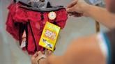 Pluie de culottes sur Matignon pour demander la réouverture des magasins de lingerie