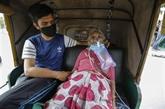 Inde : à bout de souffle, des malades du COVID-19 secourus par une ONG locale