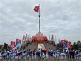 Cérémonie du lever du drapeau de la réunification nationale sur Hiên Luong
