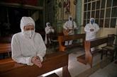 Pâques en pandémie, le monde tâtonne entre restrictions et ouvertures