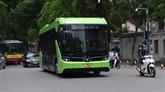 Les bus électriques VinBus dans la rue à Hanoi